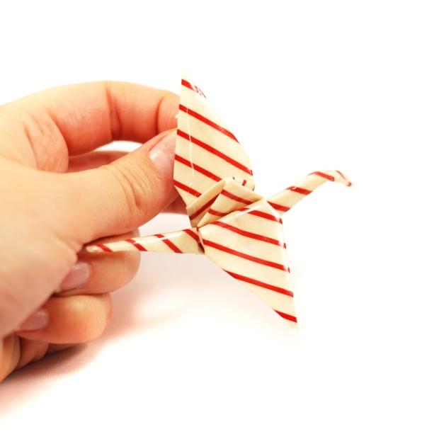 1452a-broche-grue-blanche-rayures-rouges-bijou-origami-papier-resine